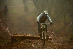Ruiter op een bergfiets Stock Fotografie
