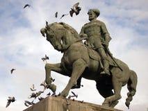 Ruiter standbeeld met vliegende duiven Stock Foto
