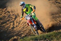 Ruiter tijdens motocrossras Stock Foto