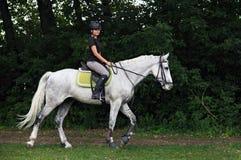 Ruitermeisje bij horseback sleep het berijden Royalty-vrije Stock Foto