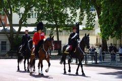 Ruiters en paleiswacht voor het Buckingham-paleis bij van de de verjaardagsviering van de Koningin de repetitie 2019 Londen, het  stock afbeeldingen