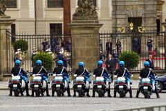 Ruiters van de wacht van eer in Praag Royalty-vrije Stock Foto's