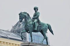 Ruiterstandbeeld op een voetstuk in Wenen Stock Afbeeldingen