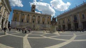 Ruiterstandbeeld op Piazza del Campidoglio in Rome, beroemde toeristische plaats stock videobeelden