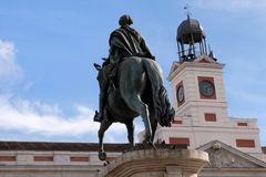 Ruiterstandbeeld van Carlos III in Madrid stock afbeelding