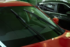 Ruitewissers rode auto Stock Afbeelding