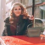 Ruivo perfeito no café da rua em Sunny Winter Day Imagens de Stock