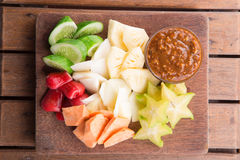 Rujak: Indonesische Fruitsalade (starfruit, waterappel, komkommer, mango, ananas, ruwe bataat, bengkoang/jicama) met swee Stock Foto