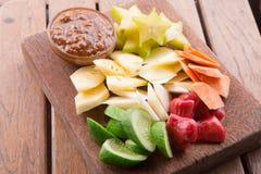 Rujak: Indonesisk fruktsallad (starfruit, vattenäpple, gurka, mango, ananas, rå sötpotatis, bengkoang/jicama) med swee Royaltyfri Bild