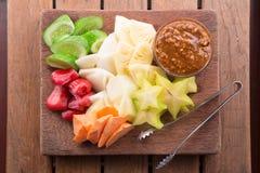 Rujak: Indonesisk fruktsallad (starfruit, vattenäpple, gurka, mango, ananas, rå sötpotatis, bengkoang/jicama) med swee Royaltyfri Foto