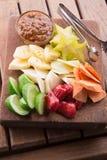 Rujak: Indonesisk fruktsallad (starfruit, vattenäpple, gurka, mango, ananas, rå sötpotatis, bengkoang/jicama) med swee Royaltyfria Foton
