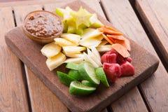 Rujak: Indonesisk fruktsallad (starfruit, vattenäpple, gurka, mango, ananas, rå sötpotatis, bengkoang/jicama) med swee Arkivbild