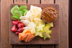 Rujak: Macedonia indonesiana (starfruit, mela dell'acqua, cetriolo, mango, ananas, patata dolce cruda, bengkoang/jicama) con lo s Immagine Stock Libera da Diritti