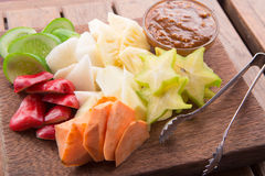 Rujak: Macedonia indonesiana (starfruit, mela dell'acqua, cetriolo, mango, ananas, patata dolce cruda, bengkoang/jicama) con lo s Fotografia Stock