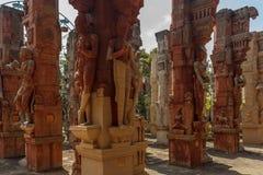 Rujnować antyczne mężczyzna i kobiet rzeźby na wieloskładnikowych filarach, Chennai, Tamilnadu, India, Jan 29 2017 Zdjęcia Royalty Free