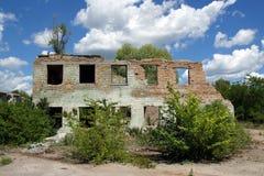Rujnować ceglane budowy zaniechana fabryka Zdjęcia Stock