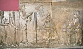 Rujnująca ściana pokazuje królewiątka Darius życie na uldze w muzeum narodowym Iran Persepolis Obraz Royalty Free