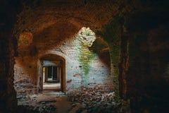 Rujnująca antyczna ceglana świątynia wśrodku wnętrza z drzwiami, korytarzami i łukiem, obraz stock