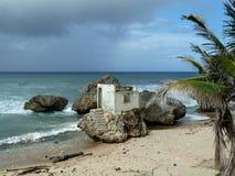 Rujnujący budynek na skale na plaży Obrazy Stock