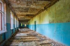 Rujnujący Długi korytarz Zaniechana szkoła Po Chernobyl Jądrowego Obraz Stock