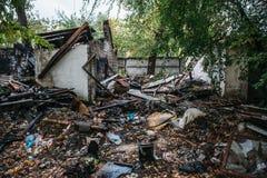 Rujnujący dom, może używać jako konsekwencje wojna, trzęsienie ziemi, huragan lub inna katastrofa naturalna, Zdjęcie Stock