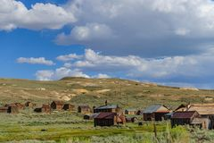 Rujnujący domy w Amerykańskim miasto widmo Obrazy Stock