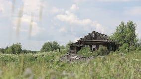 Rujnujący drewniany dom na wzgórzu zbiory wideo