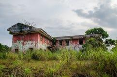 Rujnujący dwór otaczający bujny zielenią z dramatycznym niebem Ślada cywilna wojna w Robertsport, Liberia fotografia royalty free