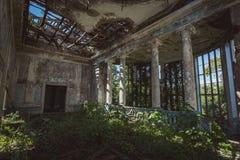 Rujnujący dwór sali wnętrze przerastający roślinami Natura i zaniechana architektura, zielony apokaliptyczny pojęcie zdjęcia royalty free