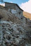 Rujnujący stary wioska dom Zaniechany dom czuje złego Obrazy Stock