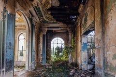 Rujnujący wielki sali wnętrze przerastający roślinami i mech fotografia stock