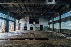 Rujnujący wnętrza zaniechana przemysłowa sala Przypalać ściany obraz stock