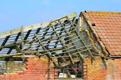 Rujnujący domu wiejskiego dach Fotografia Stock