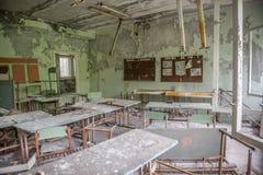 Rujnujący klasowy pokój z biurkami i blackboards w Pripyat szkole Obrazy Stock