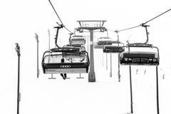 Ruka,芬兰- 2012年11月24日:滑雪者坐椅子滑雪电缆车在Ruka滑雪场在结冰的天 库存照片