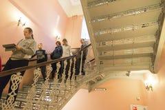 下诺夫哥罗德,俄罗斯- 03 11 2015年 步行沿着向下在博物馆庄园Rukavishnikov的台阶的人们 库存图片