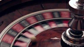 Ruleta de giro del casino y número afortunado descendente almacen de metraje de vídeo