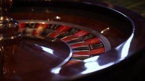 Ruleta en el movimiento, la bola del casino de la rueda de hilado almacen de metraje de vídeo