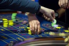 Ruleta stół w kasynowych ludzkich rękach zdjęcia stock