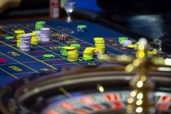 Ruleta st?? w kasynowych ludzkich r?kach fotografia royalty free