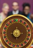 ruletowy koło i ludzie w tle obraz stock