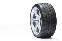 Rulla bilen, bilgummihjulet, aluminiumhjul på vit backgroun Royaltyfria Foton