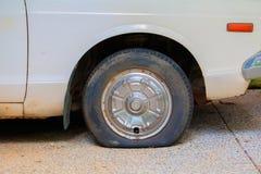 Rulla det plana gummihjulet av bilen som är gammal med kopieringsutrymme, tillfogar text Fotografering för Bildbyråer