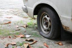 rulla det plana gummihjulet av bilen som är gammal och som är sprucken på vägen Royaltyfri Foto