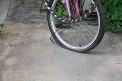 Rulla det plana gummihjulet av den sprucken cykeln som är gammal och Arkivbilder