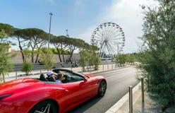 Rulla, Ferrari bilen och Vauban port i Antibes Royaltyfri Foto
