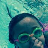 Rulla med ögonen lite sjöjungfrun Fotografering för Bildbyråer