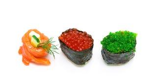 Rulla med laxen och sushi med den isolerade kaviaren på den vita backgroen Arkivfoton