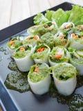 Rulla nudlar med grönsaken med kryddig chilisås Arkivfoto