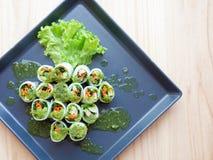 Rulla nudlar med grönsaken med kryddig chilisås Royaltyfria Bilder